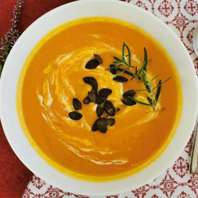 Zupa-krem z dyni z imbirem i prażonymi pestkami dyniowymi - Jak zrobić purée z dyni