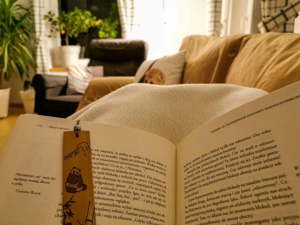 Czytanie książki pod kocem - Moje sposoby na chandrę jesienią