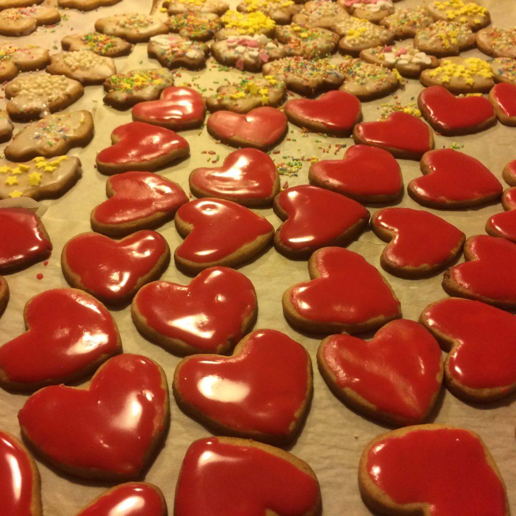 Pierniczki w kształcie serc z czerwonym lukrem